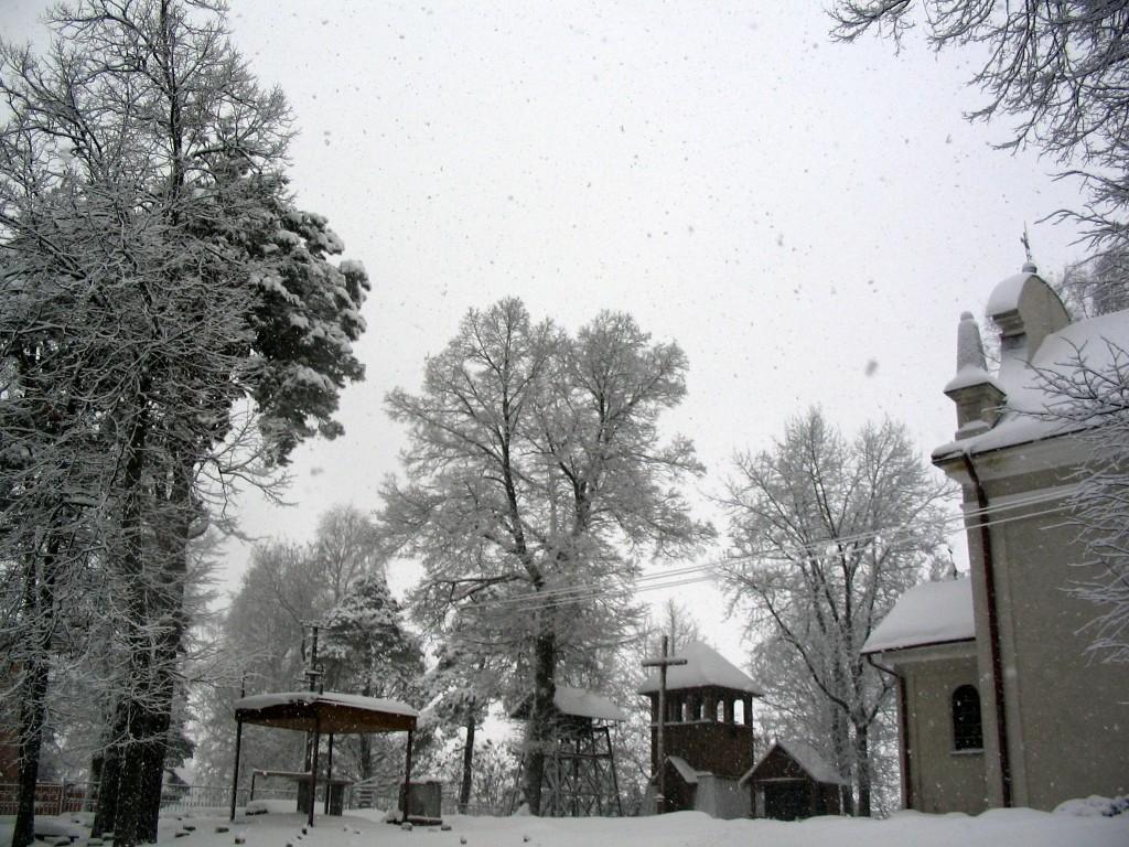 przed kościołem w Śuścu
