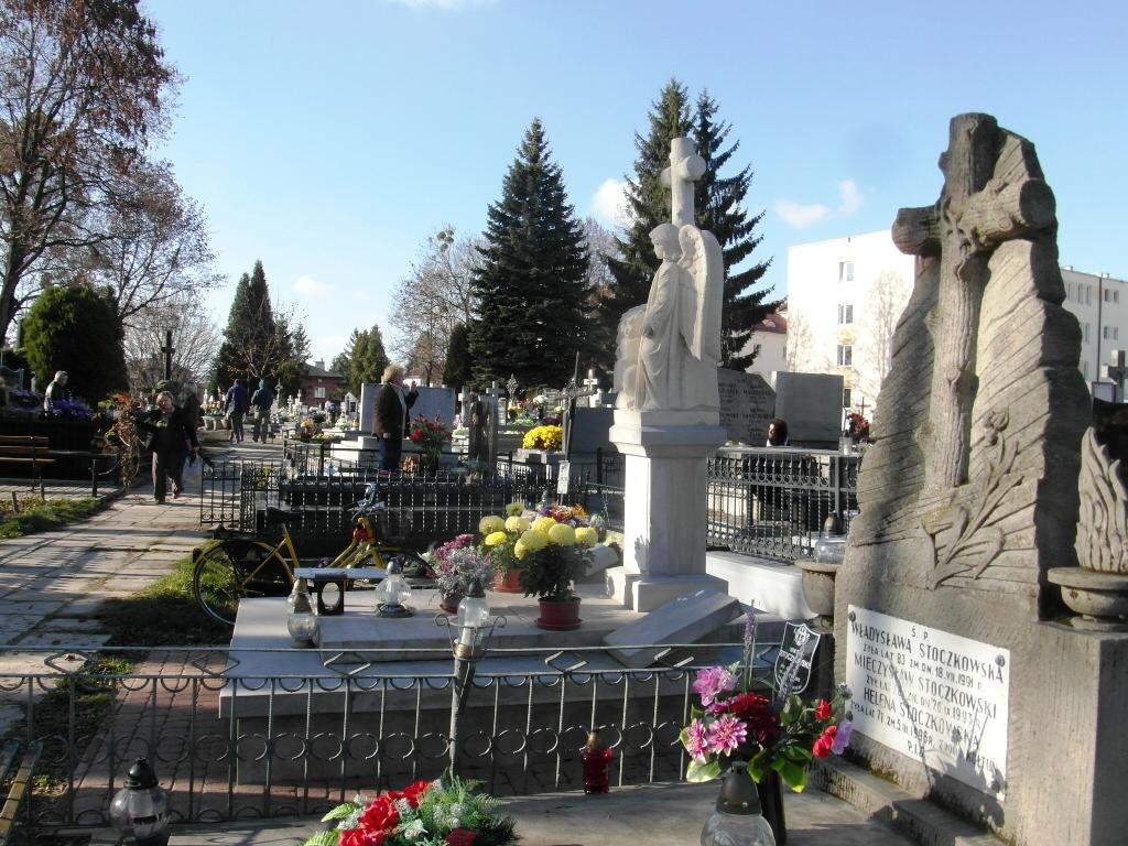 stary pomnik i aniol