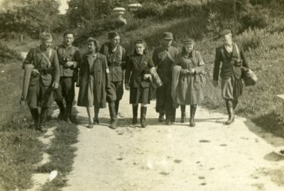 normal_Partyzanci___KOnrada w parku koniec lipca 1944